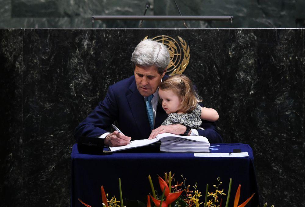 John Kerry, entonces secretario de Estado de EEUU, firma el Acuerdo de París junto a su nieta en la sede de la Naciones Unidas de Nueva York, en abril de 2016.