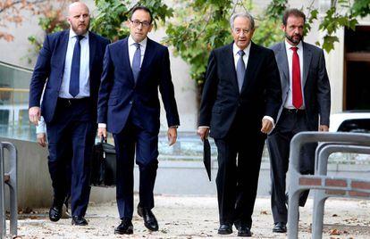 Juan Miguel Villar Mir, a la derecha, a su llegada a la Audiencia Nacional en septiembre de 2017.