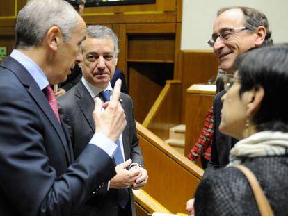 El lehendakari y el portavoz del Gobierno hablan con el presidente del PP vasco, Alfonso Alonso.