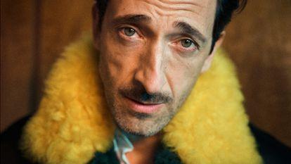 """Adrien Brody posa con chaqueta y camisa Louis Vuitton. """"Como actor, noto cómo cada prenda cambia mi humor y lo que transmito""""."""