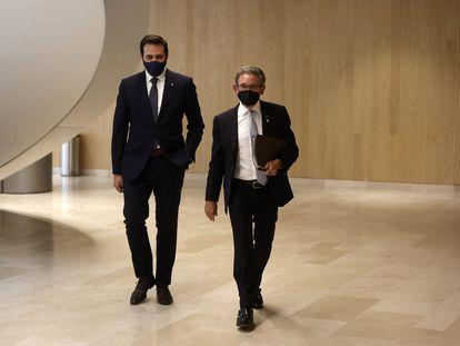 El consejero de Economía, Jaume Giró (der.) junto a su secretario general, Jordi Cabrafiga (izq.), el pasado miércoles en la sede del departamento