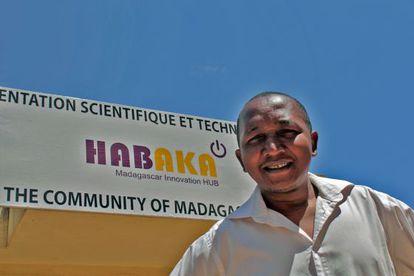 Harinjaka Andriankoto Ratozamanana, delante de la sede del tech hub Habaka, en Antananarivo.