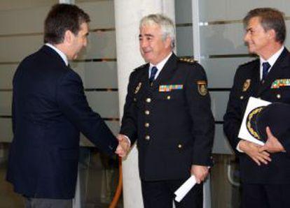 El director de la Policía, Ignacio Cosidó, saluda al jefe de la UDEF, Manuel Vázquez López. A su lado, Eloy Quirós, jefe de UDYCO.