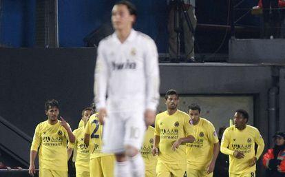Özil, ante los jugadores del Villarreal, que celebran el gol de Senna.