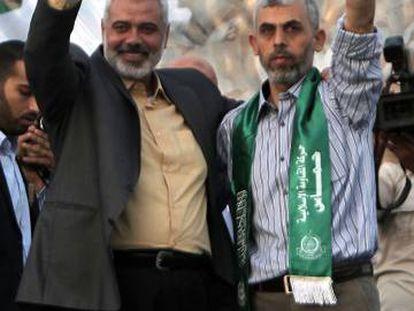 Yahya Sinwar, a la derecha,e Ismail Haniya en 2011.