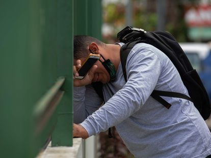 Un hombre llora en las afueras del hospital 28 de Agosto, en Manaos, en pleno segundo colapso de la ciudad durante la pandemia.
