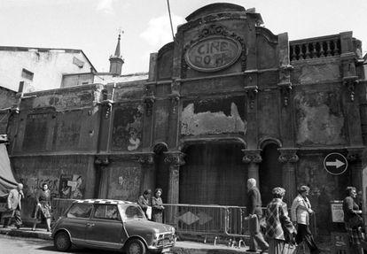 Fachada del Cine Doré a finales de los años setenta.