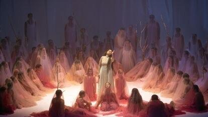 Nadezhda Pavlova (en el centro) como Donna Anna, rodeada de antiguas conquistas de Don Giovanni, durante la interpretación de su aria del segundo acto 'Non mi dir, bell'idol mio'. La soprano rusa fue la gran triunfadora de la velada.