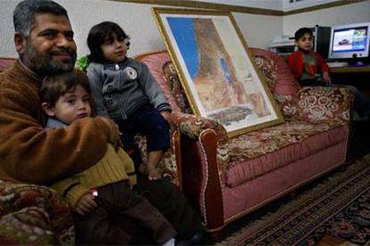 Jalil Nofal, con varios de sus hijos en su casa de Gaza.