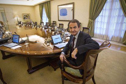 El presidente del Gobierno, José Luis Rodríguez Zapatero, en la sala de reuniones del Consejo de Ministros en La Moncloa.
