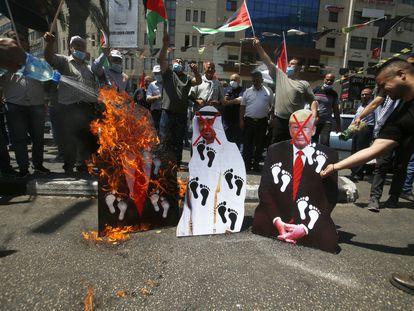 Manifestantes palestinos queman imágenes de Trump, Netanyahu y el jeque Bin Zayed, el viernes en Nablús (Cisjordania).