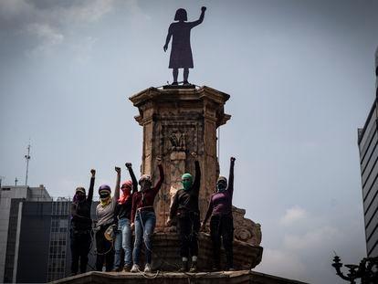 Miembros de colectivos feministas y madres de mujeres desaparecidas, intervinieron el pedestal donde se encontraba la estatua a Cristóbal Colón y colocaron un monumento en honor a las víctimas de feminicidio.