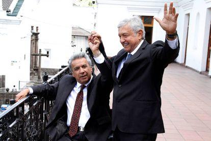 Lopez Obrador (derecha), con el presidente ecuatoriano, Lenin Moreno, en Quito.