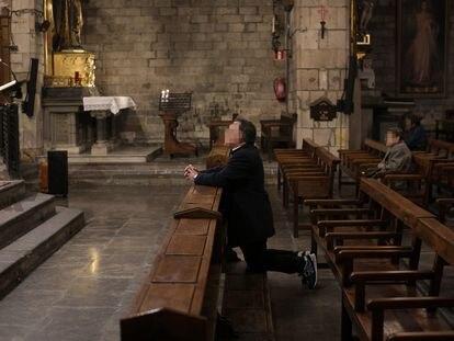 Varias personas asisten a una de las mismas que los sacerdotes de la basílica de la Concepció.