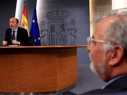Alfredo Pérez Rubalcaba comparece en rueda de prensa, ante la mirada de Pere Navarro, en febrero de 2011.