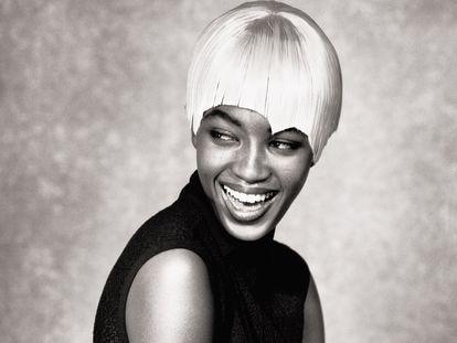 Naomi Campbell, fotografiada con un diseño de Alaïa en 1988.