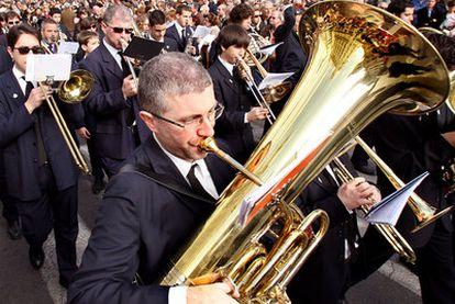 Una banda de música desfila por el centro de Valencia.