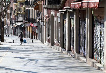 Comercios cerrados en la calle de la Ribera de Curtidores, en Madrid.