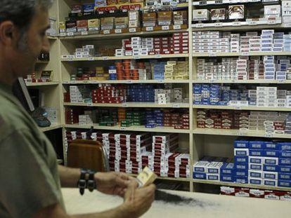 Una persona compra tabaco en un estanco de Madrid.