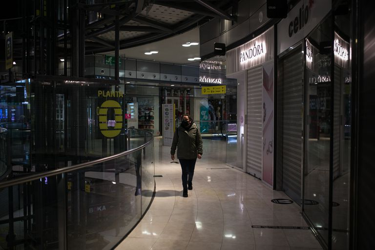 El centro comercial Arenas, en Barcelona, este miércoles con la mayoría de sus tiendas cerradas por las restricciones.