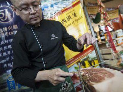 Empresas del país asiático comienzan a producirlo con carne fresca importada de España ante el crecimiento del interés de la población