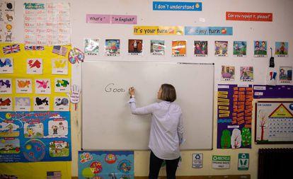 Una maestra de Primaria en una clase de Inglés en Galicia.