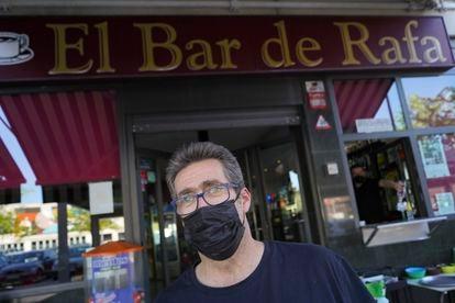 Rafael Navarro delante de su bar en La Laguna (Parla), donde el PP ha pasado de ser la cuarta fuerza a ser la primera