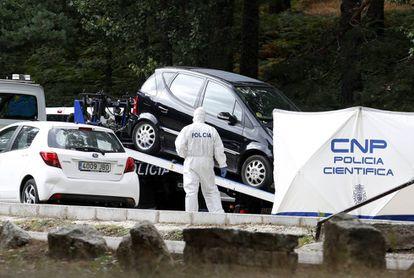Agentes de la policía científica analizan un coche en la localidad madrileña de Cercedilla.