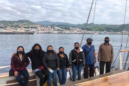 La comitiva de zapatistas posa a bordo de 'La montaña' frente a las costas de las islas Azores, en Portugal, el viernes.
