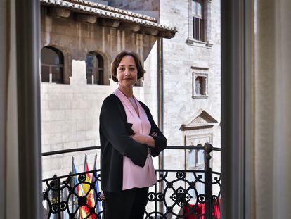 La lingüista y secretaria autonómica de Comunicación, Beatriz Gallardo, frente al Palau de la Generalitat.