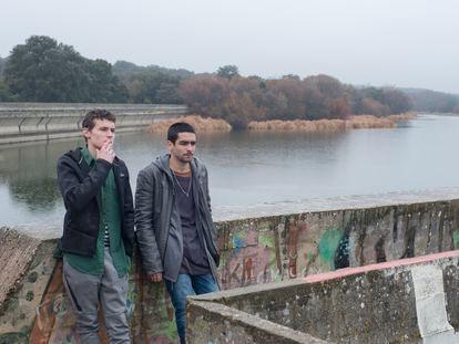 Rodaje de la serie 'Élite', con Omar Ayuso (derecha) y Arón Piper.