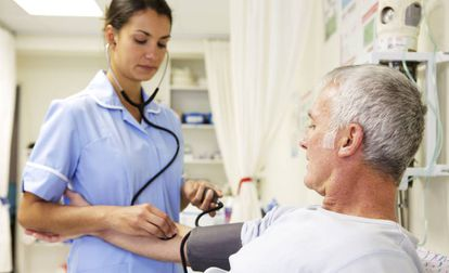 Una enfermera toma la tensión a un paciente, en una imagen de archivo.