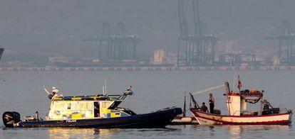 El pesquero Divina Providencia, junto a un barco de la policía de Gibraltar.