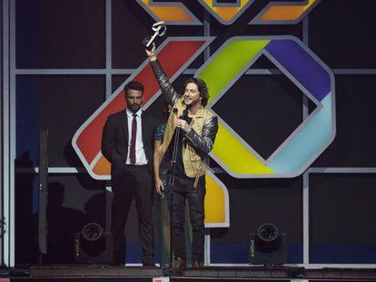 Manuel Carrasco recoge el premio a la Mejor gira del año, en la fiesta del 50 aniversario de LOS40 Music Awards.