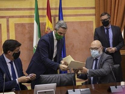 El vicepresidente de la Junta, Juan Marín (i), y el consejero de Hacienda, Juan Bravo (c), durante la firma del acuerdo para aprobar los Presupuestos de 2021 con el portavoz del grupo parlamentario de Vox, Alejandro Hernández (d).