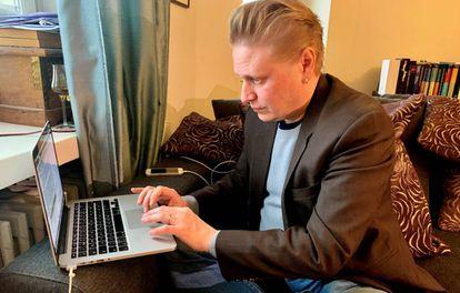 El periodista y escritor Tuomas Muraja, trabajando en su casa en Helsinki.