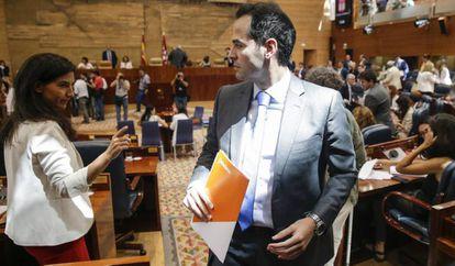 Rocío Monasterio, con Ignacio Aguado el pasado mes de agosto en la sesión de investidura de la Asamblea de Madrid.