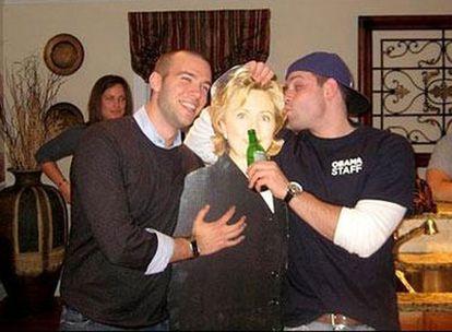 El asesor Jon Favreau (dcha.) aparece junto a una figura de Hillary Clinton.