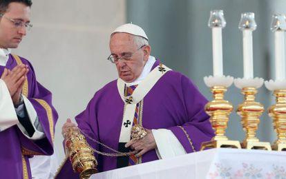 El papa Francisco en una misa en la Plaza del Plebiscito en Nápoles, este sábado.