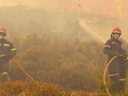 Fotografía facilitada por la Diputación de Castellón de bomberos en la Sierra Calderona.