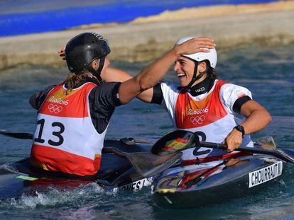 La española Maialen Chourraut (derecha) celebra su victoria con la neozelandesa Luuka Jones en la prueba de slalom K1.