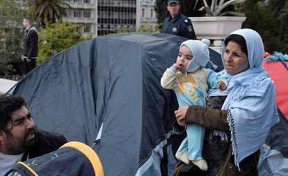Acampada de migrantes y refugiados en el centro de Atenas tras su expulsión de un edificio que ocupaban, el pasado día 19.