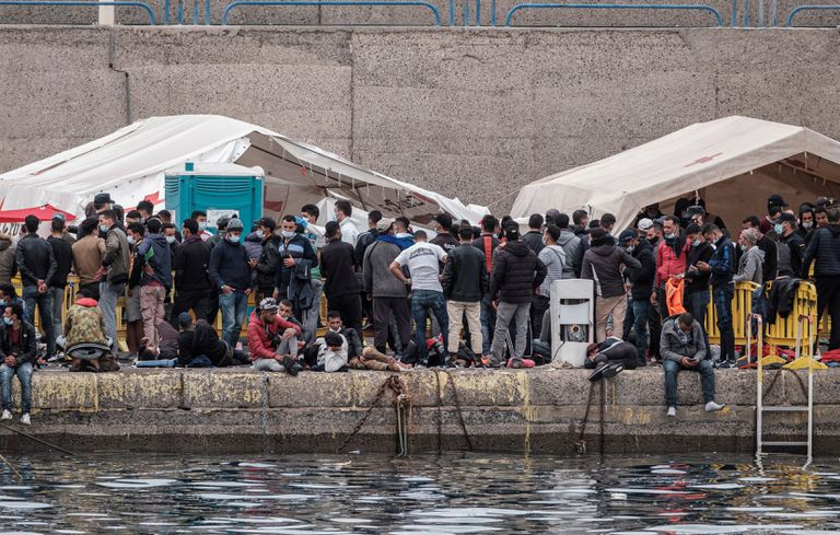 Hundreds of migrants crowd this Saturday at the Gran Canaria dock in Arguineguín, where some 2,000 people sleep.