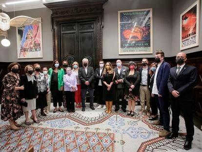 Autoridades municipales junto a los premiados este viernes con las distinciones y honores del Ayuntamiento de València con motivo del 9 d'Octubre de 2021.