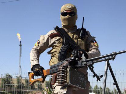 Un soldado kurdo monta guardia frente a una refinería cerca de Mosul