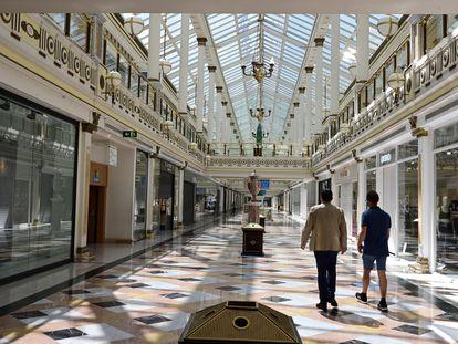 Interior de un centro comercial en San Sebastián de los Reyes, en Madrid, con todos los comercios cerrados el pasado domingo.