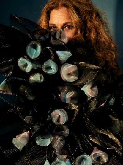 Lolita lleva bolero de volantes y flores de tul rígido de Giorgio Armani.