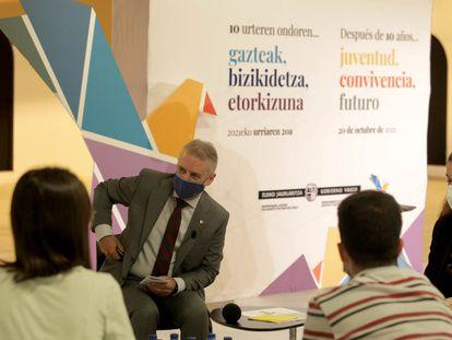 El lehendakari conversa con varios jóvenes sobre paz y convivencia en Euskadi.