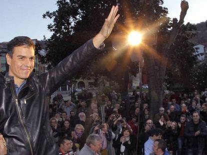 El ex secretario general del PSOE Pedro Sánchez durante el acto público celebrado este sábado en la localidad de El Entrego (Asturias).