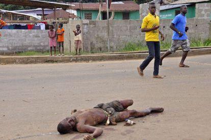Un hombre muerto en las calles de Monrovia (Liberia), posiblemente fallecido por el virus del ébola.